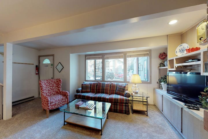 Great ski condo w/ shared pool and hot tub access! Walk to lifts!