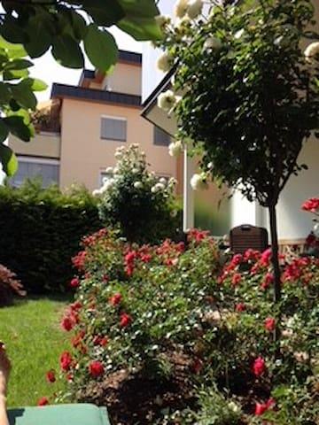 Privatzimmer in sonniger Gartenwohnung