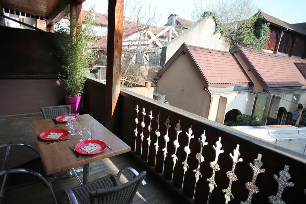 une terrasse en centre ville d 39 annecy appartements louer annecy rh ne alpes france. Black Bedroom Furniture Sets. Home Design Ideas