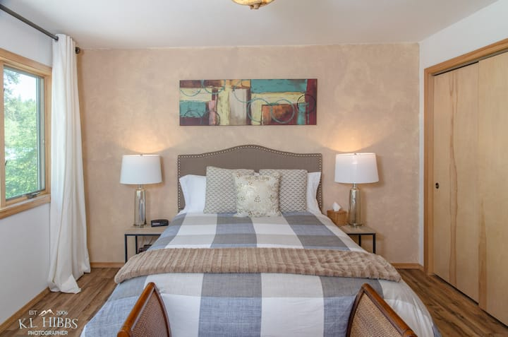 Cottonwood - Queen Bed Suite in Bed and Breakfast