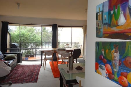 Light and warm inner-north apartment with mod cons - Lyneham - 公寓