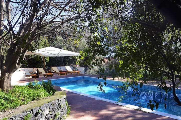 Beautiful villa with pool, immersed in a park - Maugeri - Villa