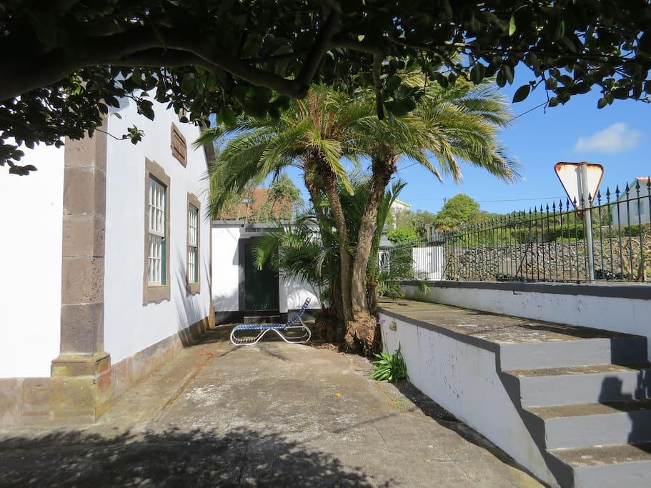 Pátio lateral com acesso a terraço sobre a adega /Side patio with access to terrace over the cellar