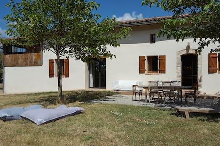 Belle et grande maison face aux Pyrénées - Maureville