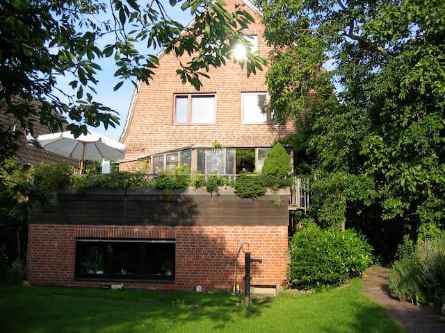 Blick auf die Wohnung (unteres Fenster) vom Garten aus