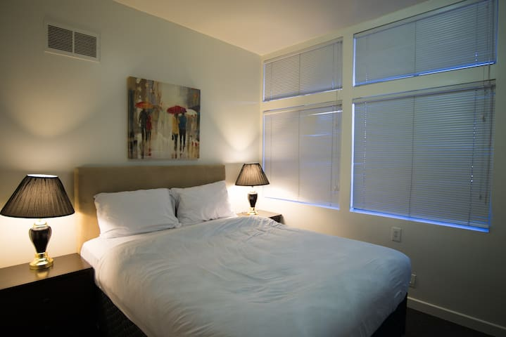 Private Room with Queen Size Bed in Downtown_1
