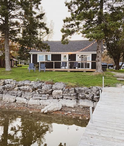 Lakeside Cottage (boho chic getaway on the lake)