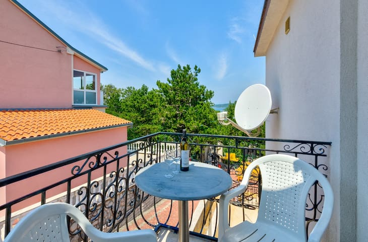 Lovely room with balcony and parking (hodnik)