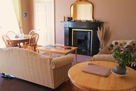 Entire elegant townhouse apartment - Montrose
