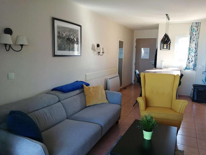 Superb apartment 6 sleeps with private pool on the seafront