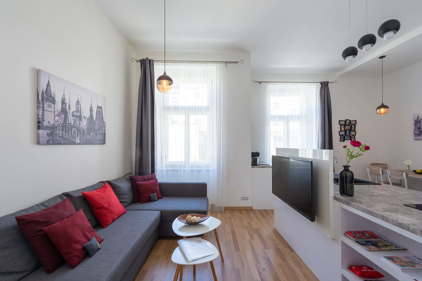 The apartment was fully renovated in 2017, with elegant and modern furnishings. Superb location 15min to the historic city center.