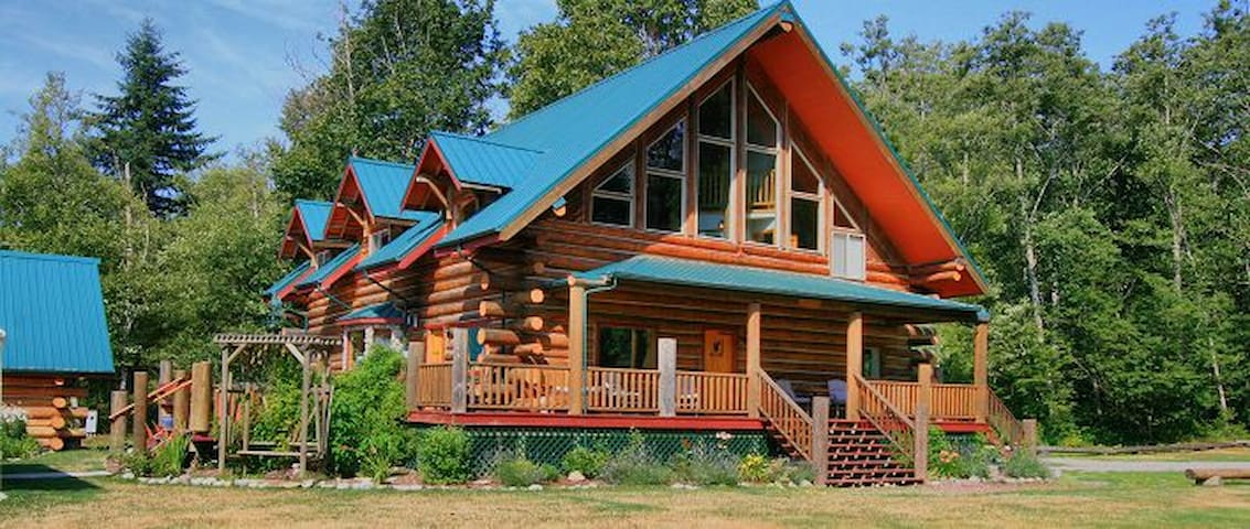 Wallace Falls Lodge 10 acres 10 bedrooms sleeps 29