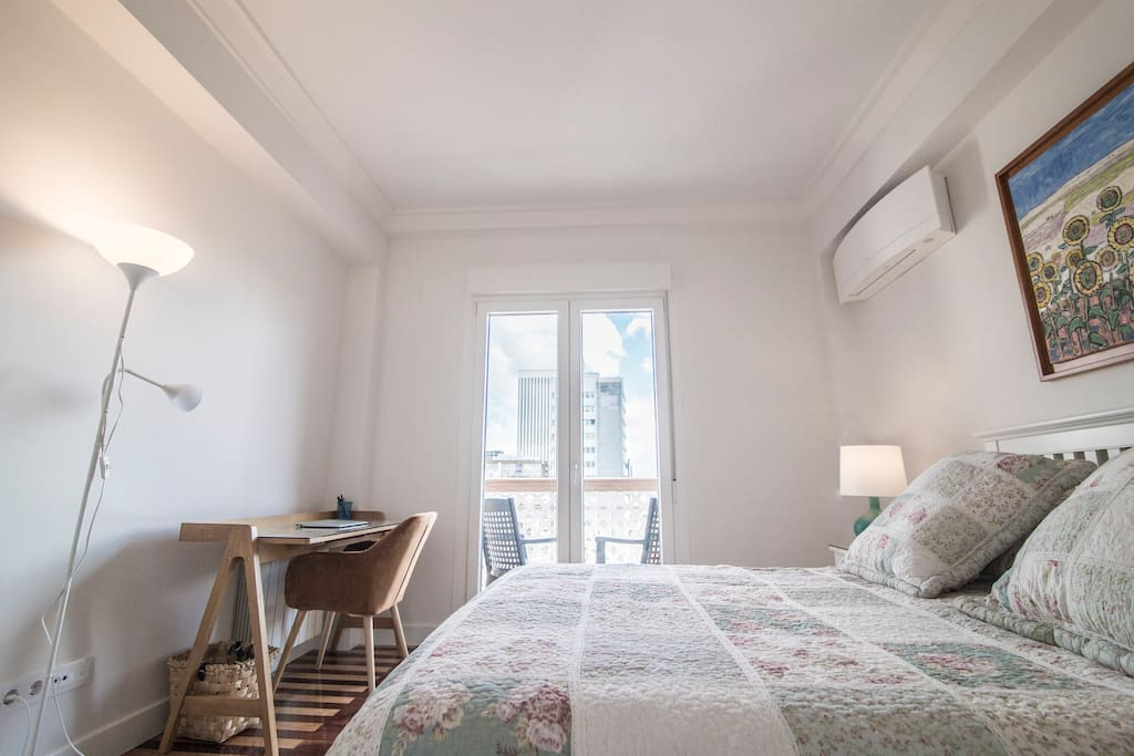 Ideal zona de trabajo, por su luz y tranquilidad. Sin ningún ruido, gracias a ventanas y puertas con insonorización acústica.