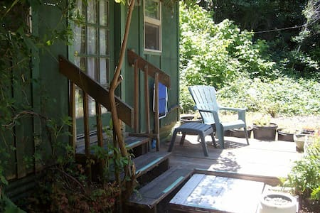 The Little Green Cottage- Cozy, Rustic, Country - Coos Bay