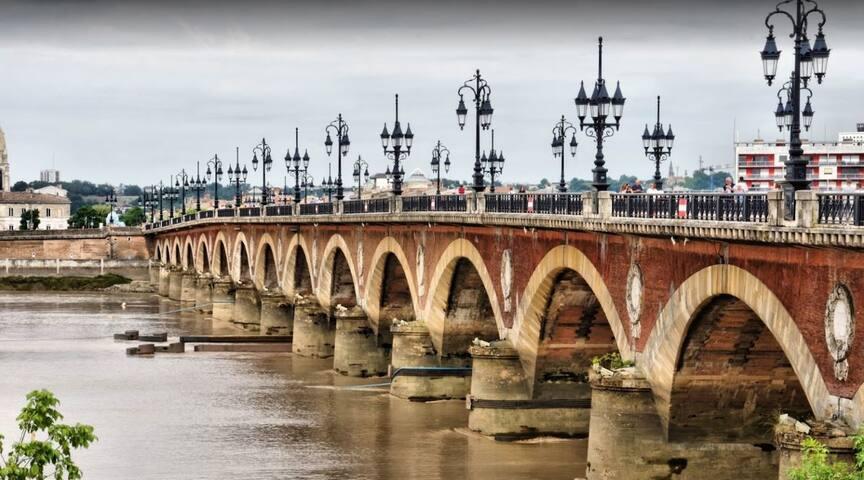 Centre historique face à la Garonne parking proche