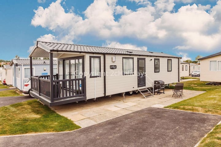 6 berth luxury caravan for hire at Haven Hopton in Yarmouth ref 80016F