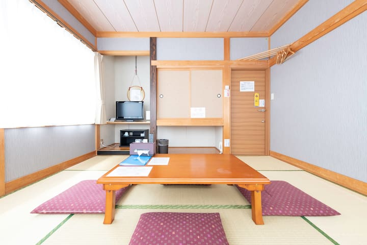 Cozy tatami room for 4 ppl w/ 8 types of baths