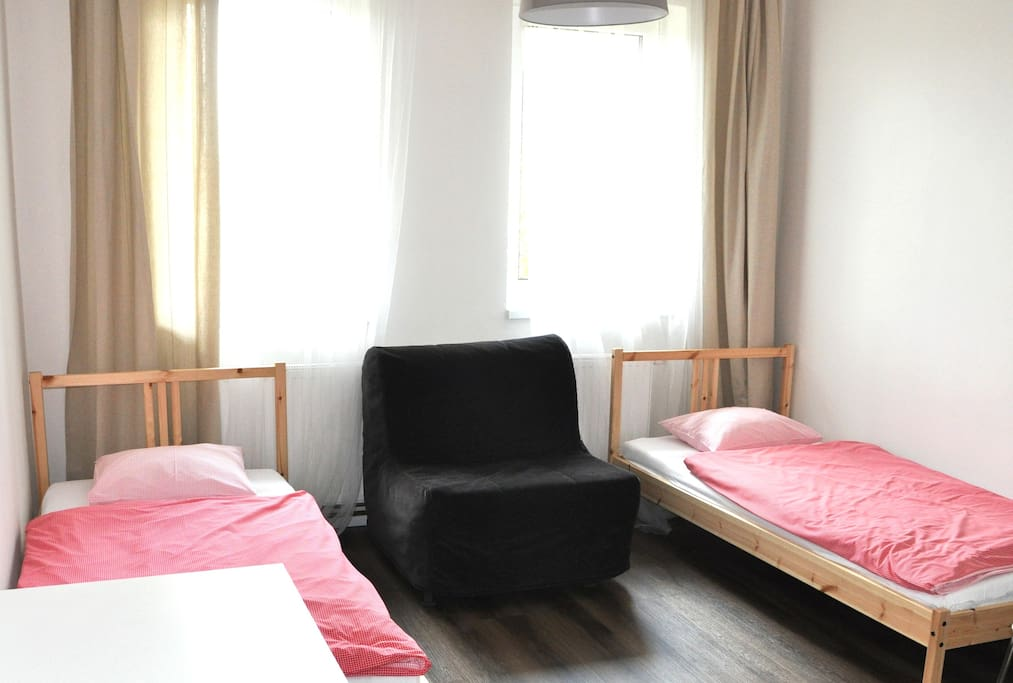 Private room in very clean and friendly guest house in Prague´s largest natural park. Prague Old Town is 20 minutes from our house by walk and subway. The same is airport.