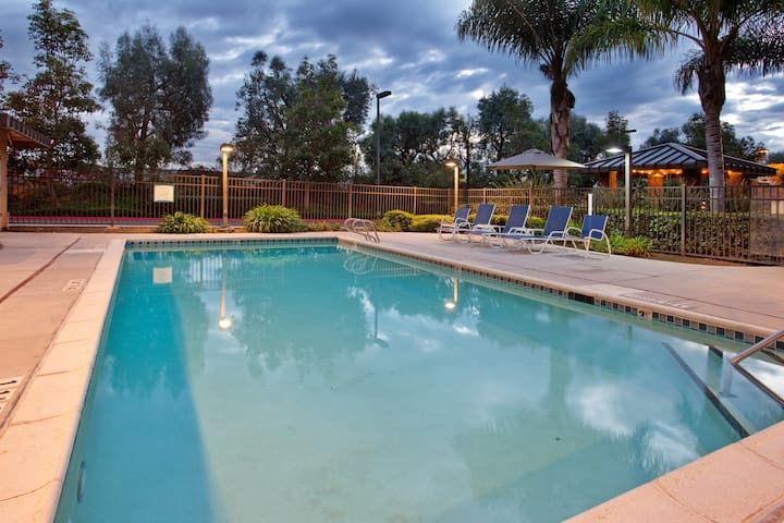 Fully-Equipped Studio just 30-Minutes from LEGOLAND | Complimentary Breakfast!