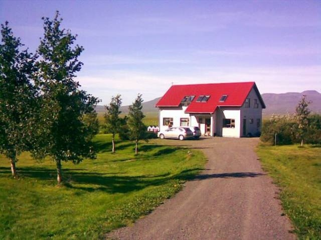 A home stay on a beautiful farm. - Varmahlíð - Haus