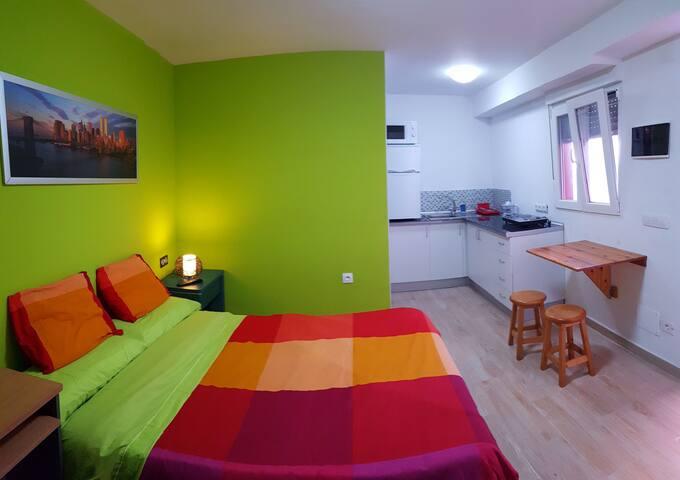 Apartamento estudio en el bajo de una vivienda.