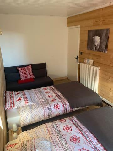 Chambre 2 2 LITS 190X90   1 futon NIO (Maison du monde) 140X190 1 placard dans la chambre verrouillé pour nos affaires personnelles.