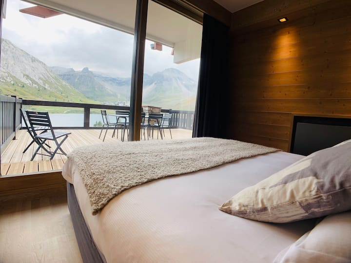 Modern 2 bed apartment in Tignes le Lac with breathtaking views just meters from all the ski lifts and amenities