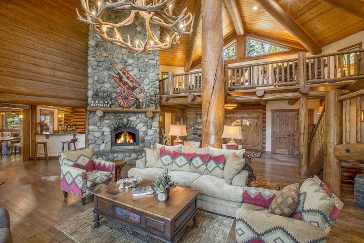 Bear Paw - DELUXE 6000 sq ft Lake View Estate on 30 Acres w/ Hot Tub