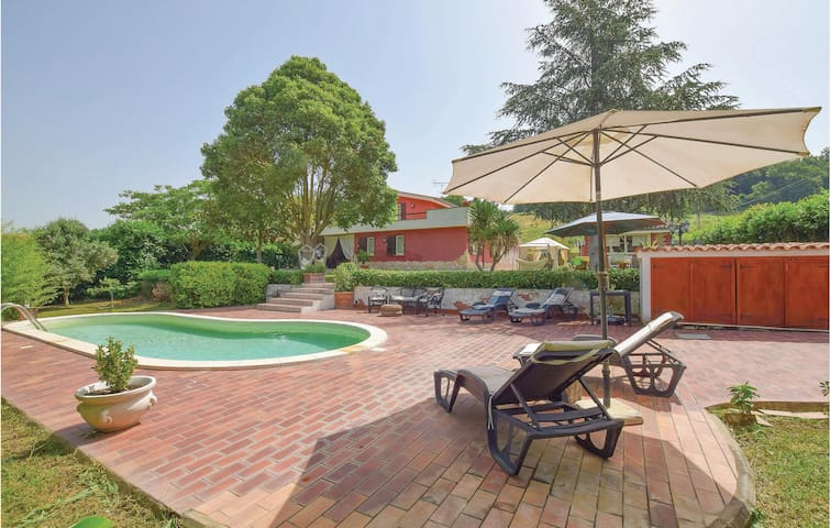Stunning home in Roma with Outdoor swimming pool, 3 Bedrooms and Outdoor swimming pool
