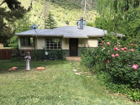 Cozy Cottage in Oak Creek Canyon