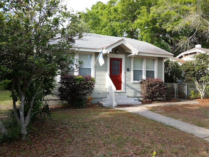 """Flamingo Pad""-East Pensacola Heights-Dog Friendly"