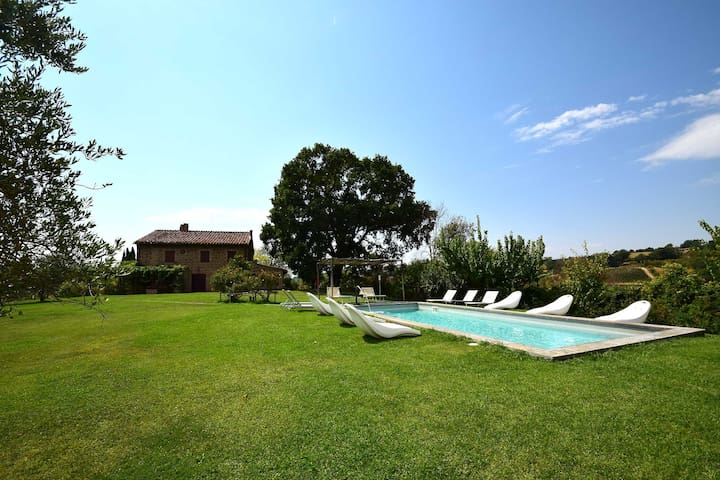 Detached villa with private pool 80km north Rome