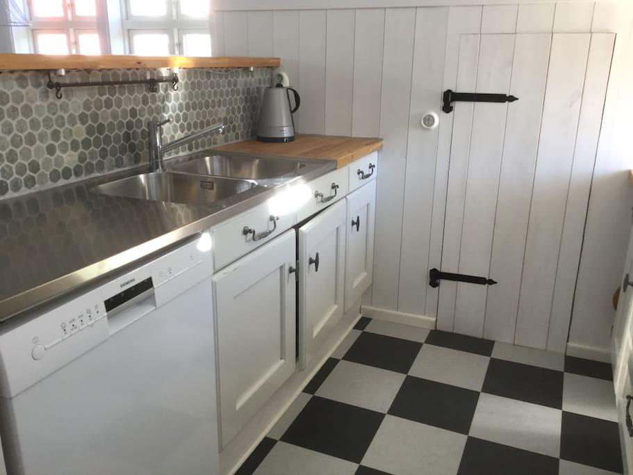 Kök, med kyl/frys, diskmaskin, vattenkokare och kaffebryggare. På övervåningen.