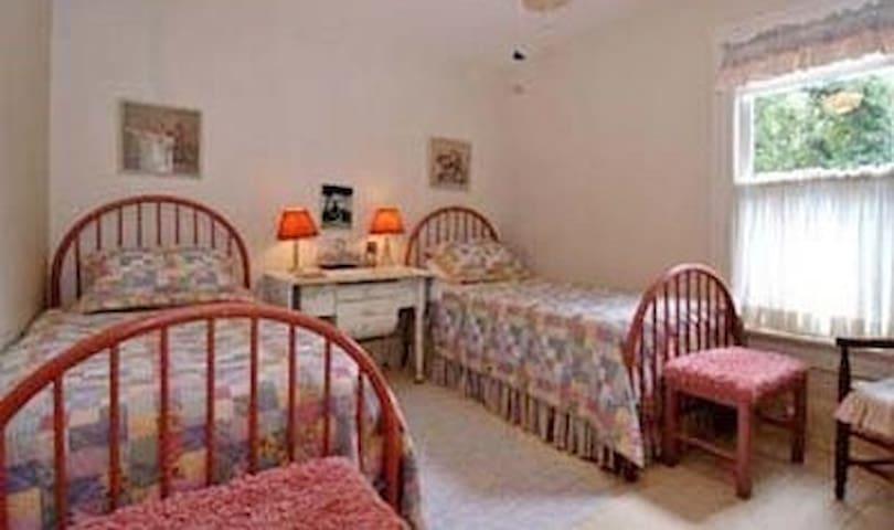 Singleton House B&B-Twin Beds-Historic District