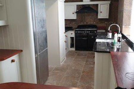 Very large 5 double bedrooms house of road parking