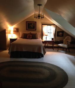 Peace In The Valley- restored log cabin - sleeps 4 - Entire Floor
