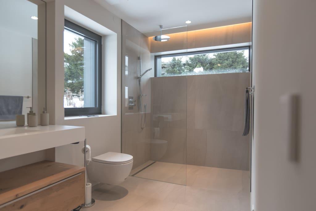 Großzügiges, 10 qm großes Bad mit Walk-in Shower