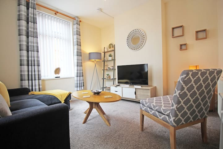 SPACIOUS & MODERN, 3 Bed, Sleeps 7, GREAT LOCATION