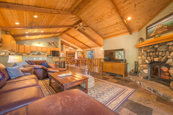 Great location! Pool table, sauna, and game room! Tahoe City within minutes