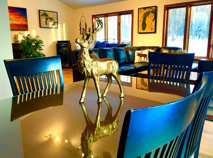 2 Travelers' Retreat Luxury Monet Room