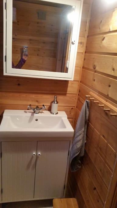 Bad med dusj og cindarella forbrenningstoalett.