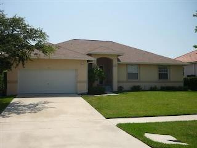 Hop..skip and jump the the beach from this spacious Vacation Home - Marco Island - Otros