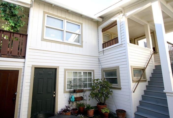 2 bedroom Oakland Temescal Cottage. Walk to BART!