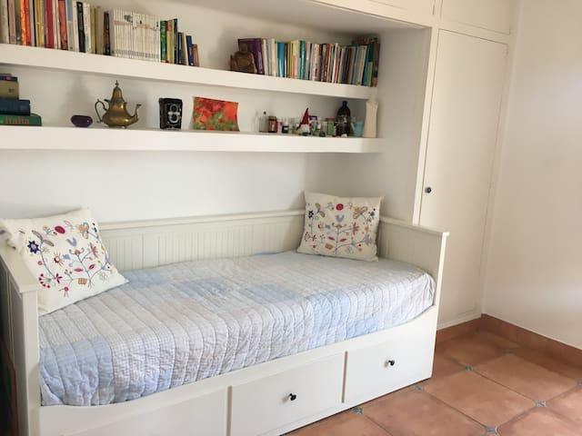 Dormitorio 2. Habitación doble con la posibilidad de dejar la cama individual o hacerla de matrimonio. Salida directa a piscina, luz natural y mesa de trabajo.  Ideal para teletrabajar.