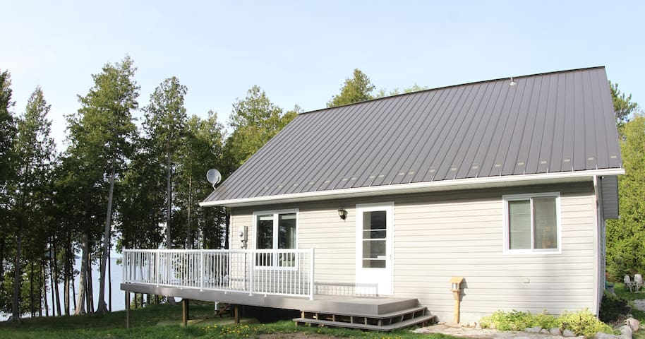 Lakefront (300') Cottage - Sat TV, Dishwasher - Private (on 20+ acres)