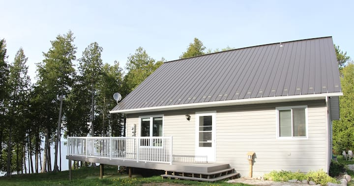 Lakefront (300') Cottage - Sat TV, Dishwasher - Private 15+ private acres, family/pet friendly, 10 m