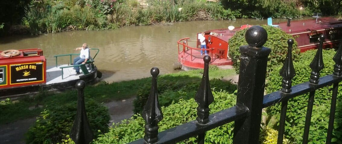 On Kennet & Avon canal dble private en suite room.