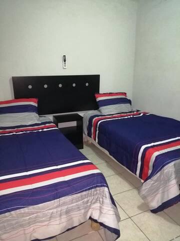 Recamara con 2 camas individuales.