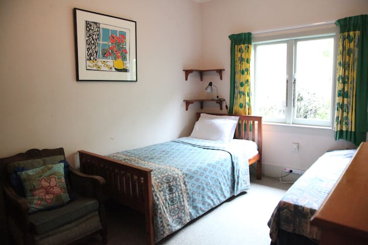 Central Garden Home - charming, comfy & sunny room