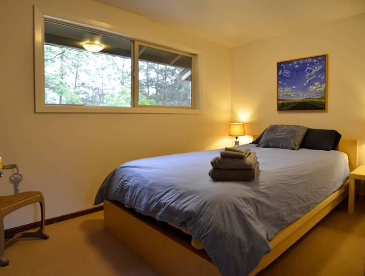 Edgecliff Manor - Room 3.  Modern w/Queen bed